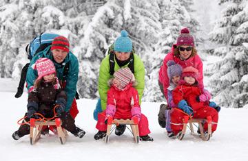 Winter-Rodeln im Kleinwalsertal. Spaß für Erwachsene und Kinder.